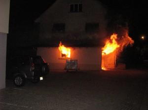 War es Brandstiftung? - Die Kapo Thurgau sucht Zeugen des Garagenbrandes in Märwil (Foto: Polizeibericht.ch bzw. Kapo TG)