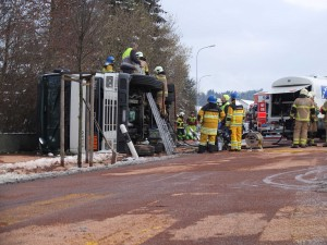 Tanklastwagen in Birmenstorf an der Fislisbacher Straße verunfallt (Polizeifoto: Kapo Aargau)