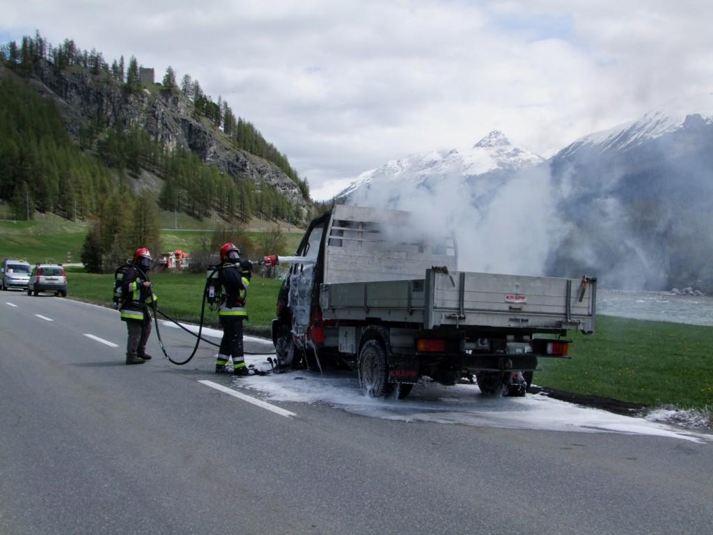 Lieferwagenbrand auf der Engadinerstraße am Montag (Polizeifoto: Kapo Graubünden)