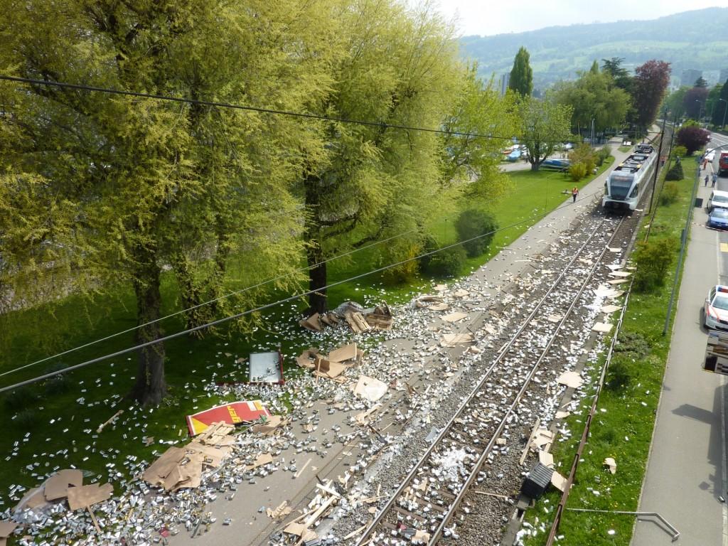 Polizeifoto, Polizeiberichte Zugunfall zwischen Thurbo und Lkw: Kapo St. Gallen / Polizei24.ch