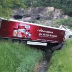 Unfall auf der A3: Lastwagen landet in Bach