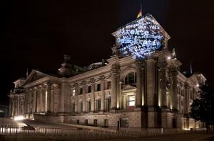 politische Lichtaktion im Herzen Berlins (Quelle: Verein Mehr Demokratie)