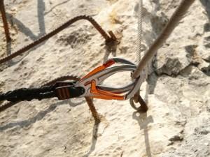 Vorsorglicher Rückruf von SKYSAFE II Klettersteigsets wegen Unregelmässigkeit am Karabinerverschluss. (Symbolbild)