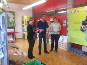 Renzo Blumenthal eröffnet die CLEVER-Ausstellung am Plantahof in Landquart zusammen mit Barbara Bättig (Bereichsleiterin Tagungszentrum Plantahof, links), und Sabine Lerch (Projektleiterin CLEVER Biovision, rechts).
