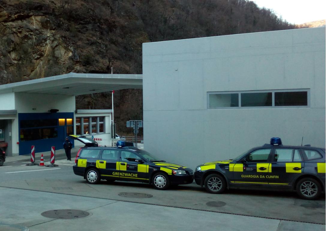 Die Grenze zwischen der Schweiz und Italien wird munter kontrolliert. Grenzposten wie zu alten Zeiten vor Schengen (Bild: Remo Maßat, RZ – Grenze Brüsc (Brusio / CH) und Thiran (Tirano / IT)