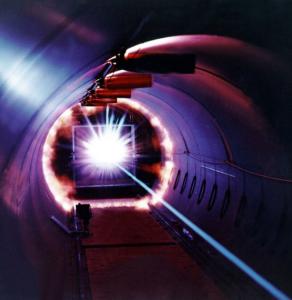 """Nicht nur in der Chirurgie wird Lichtbündelung für Präzision eingesetzt. Der """"laser"""" ist seit langem auch in der gehobenen Stahlindustrie im Einsatz"""