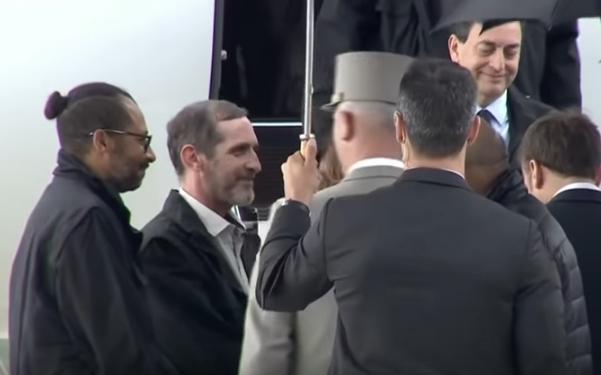Macron (ganz rechts) mit den Burkina Faso-Geiseln (Männer ganz links), die aus ihrem Abenteuerurlaub zurück-sind, der wirklich mehr als ein Abenteuer wurde, sondern eine Geiselnahme.
